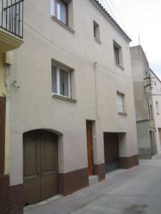 Maison avec grand garage dans rue principale