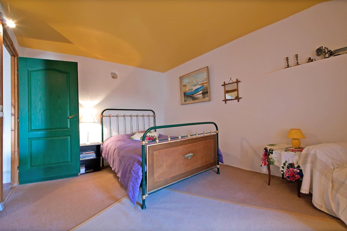 La chambre principale à coté du salon avec canapé  lit pour 2 personnes