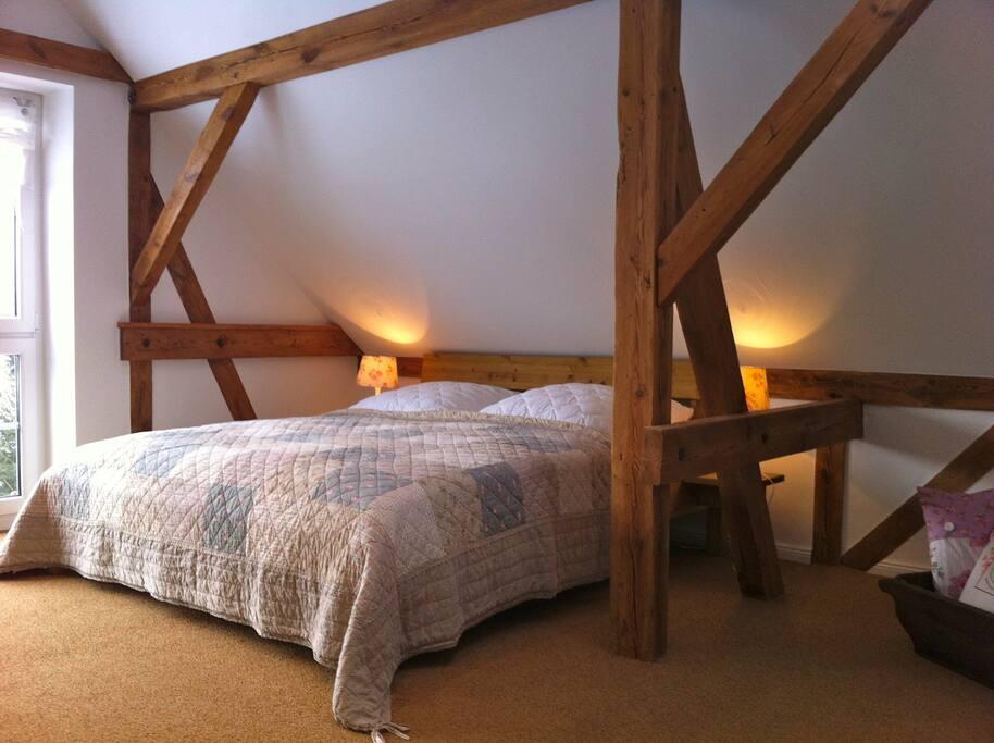 Schlafzimmer mit Doppelbett (180x200) Ein weiteres zusätzliches Bett (Schlafsessel 118x190) und / oder ein Babybett ist möglich