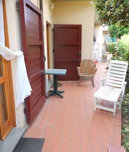 monolocale indipendente e giardino - Quercianella - Haus
