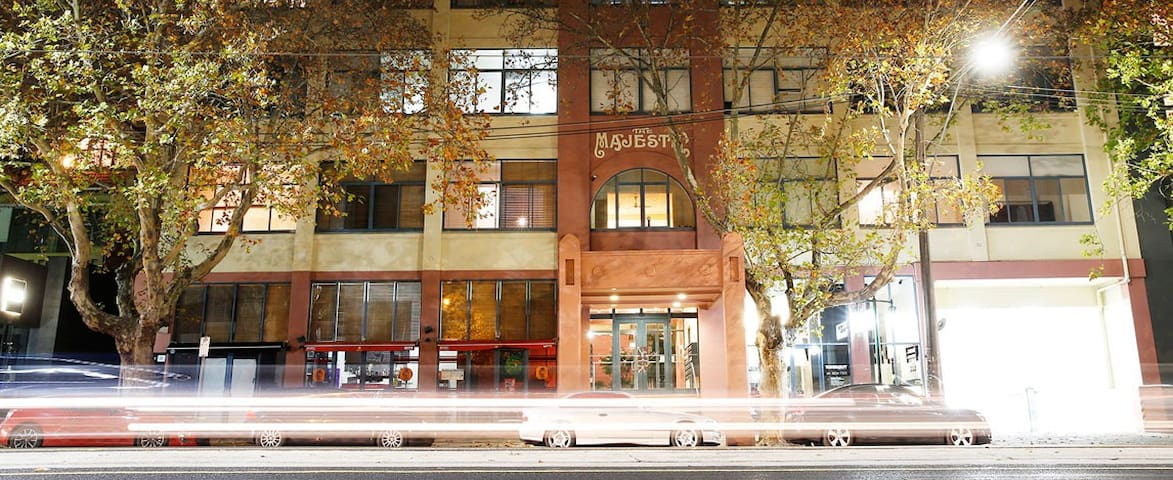 Entire 2BR with parking in the heart of St Kilda