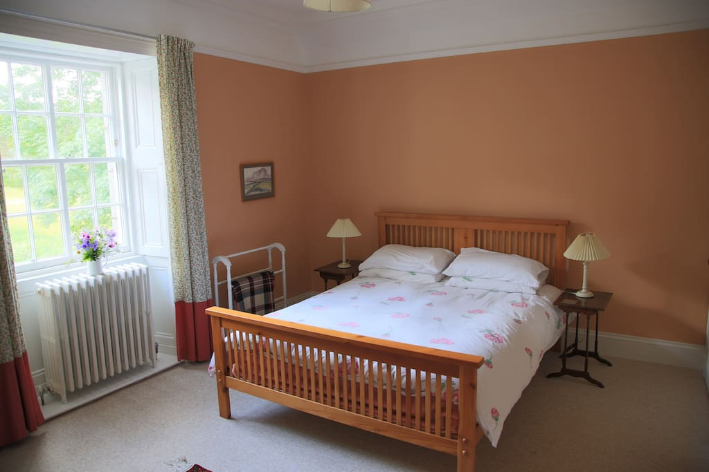 Spacious double room with hill view. Shared bathroom.