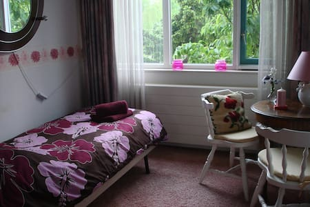 Room + bathroom (Breakfast possible €6,-)***** - Houten - Rumah