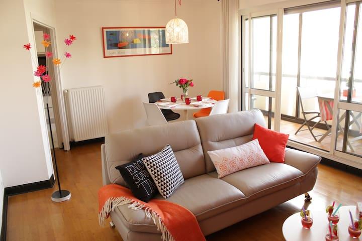 Bel appartement avec garage, quartier chaleureux.