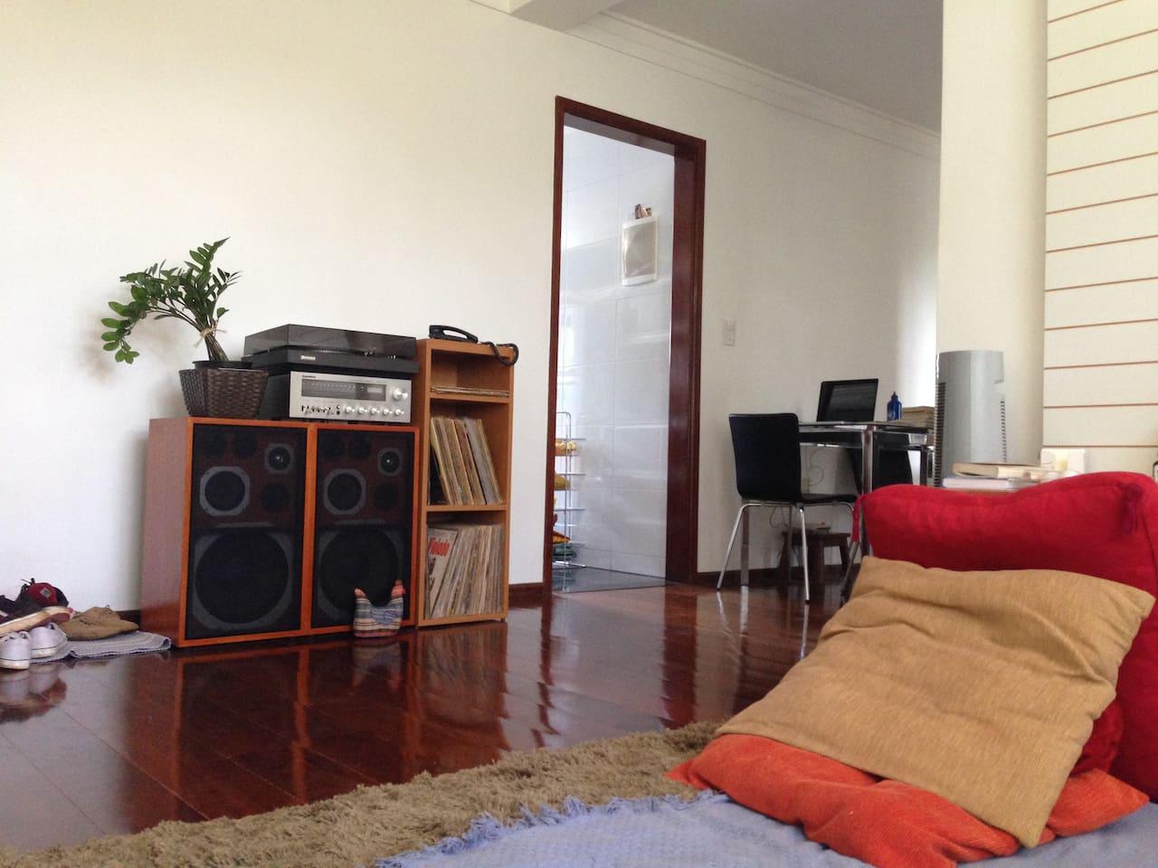 Ambiente comum da casa com TV, toca disco e Sofá-cama (onde podem dormir outras 2 pessoas adicionais)