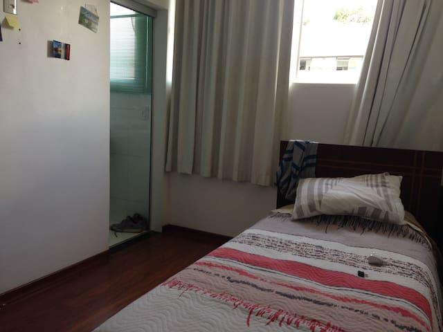 Essa é a suite disponível com uma cama de solteiro (adiciona-se um colchão para a pessoa extra)