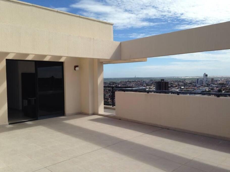 Area descoberta do apartamento, uma cobertura, com excelente vista da cidade.