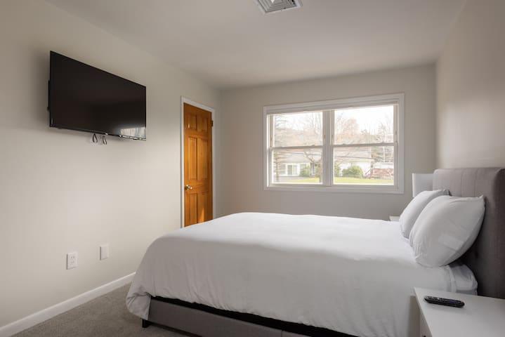 Guest Room #1 - 1 Queen Bed, Closet, TV