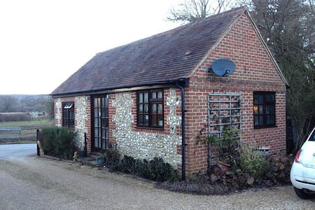 Cosy detached studio cottage - Badshot Lea