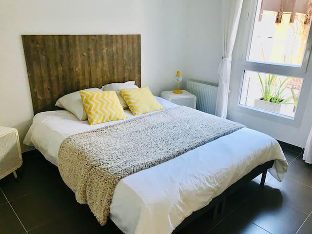 La chambre dispose de deux ou quatre oreillers, la literie est neuve et très agréable