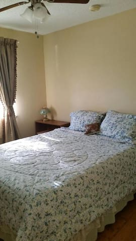 Metairie bedroom in family house close to stores - Metairie - Ev