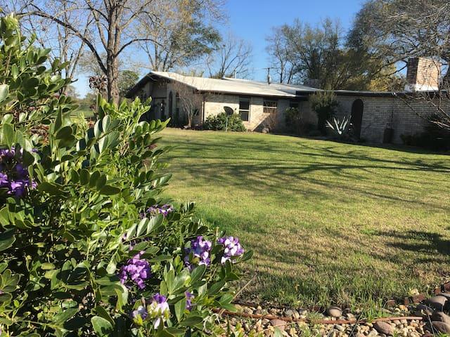 "Trails' End -- Texas hospitality & ""horsepitality"""