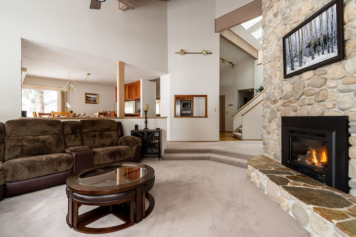 Aspen Brook - Immaculate home with mountain views.