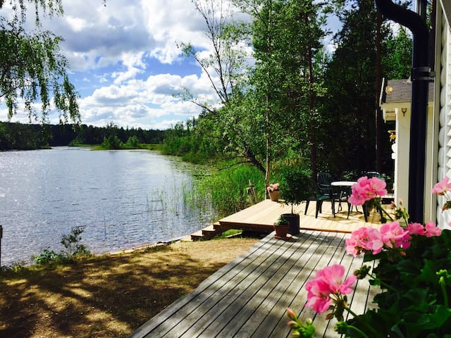 Luxury 5m from lake, sauna + boat.