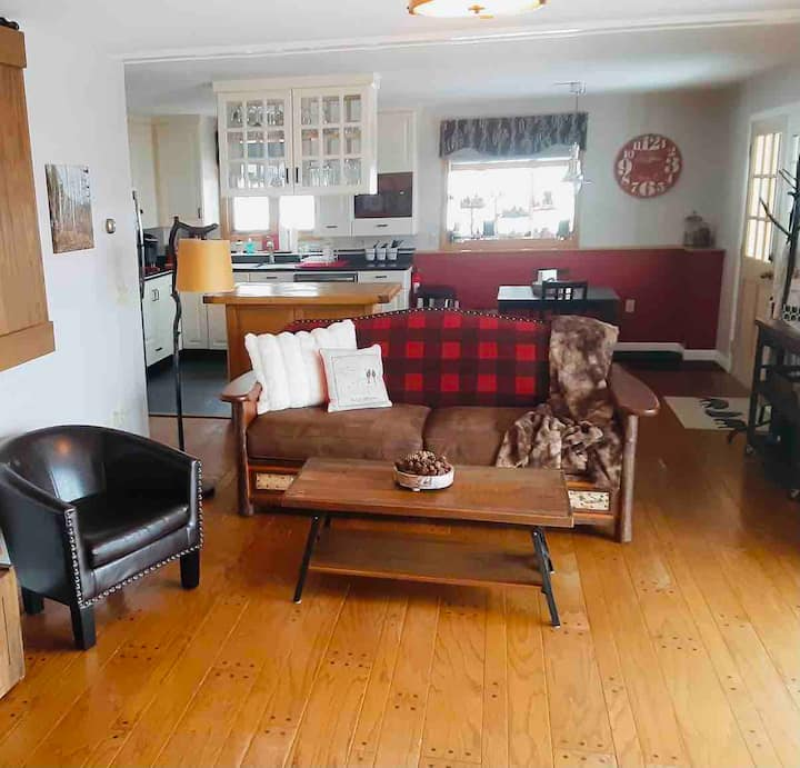 Lakes Region Rustic-Chic Romantic Retreat-King Bed