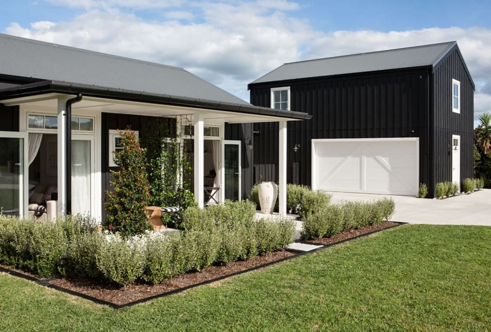 black and white barn guest suites for rent in matakana