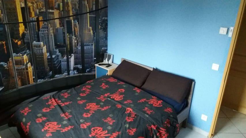 Chambre avec grand lit et TV - Saint-Vidal - Casa