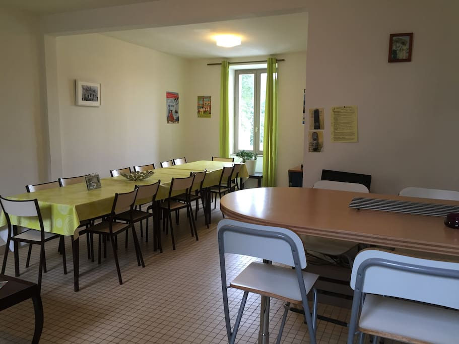 Une salle à manger agréable et conviviale pour se retrouver et se restaurer / The dining room, a friendly and pleasant place to meet and eat.