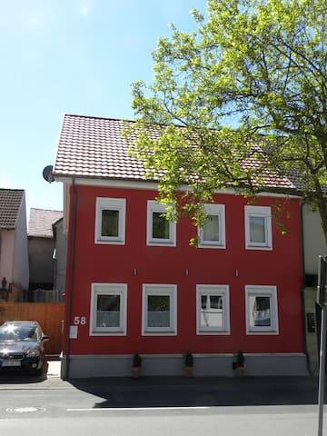 Rotes Haus im barocken Dorf