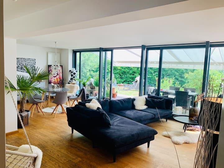 Moderne Villa mit großem Garten
