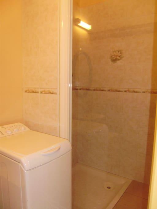 la salle de bains du rez de chaussée avec sa machine à laver le linge