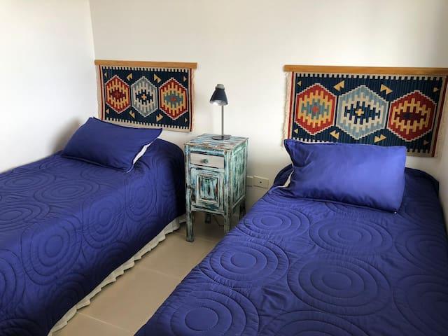 Dormitorio secundario, dos camas simples. De una de ellas se saca de abajo otra cama simple.
