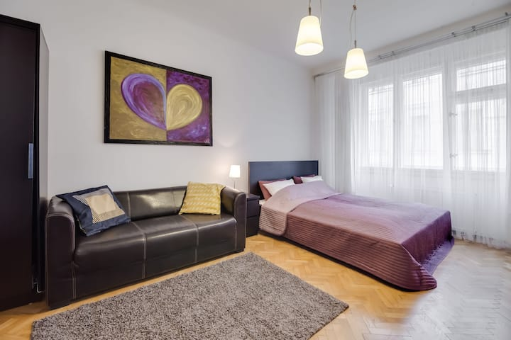 Bright studio in heart of Old Town for a couple
