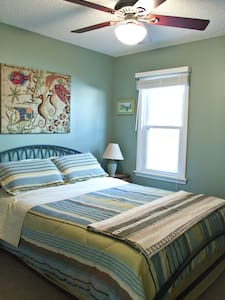 Comfortable Downstairs Bed and Bath - Bed & Breakfast