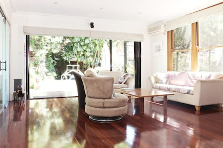 Lovely spacious 3 bedroom home  - Dulwich Hill - บ้าน