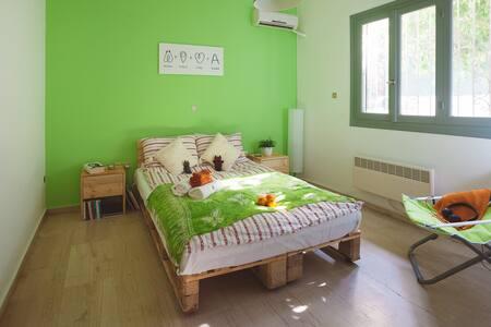 Green Modern Room in Athens / 10minMetro - Ilioupoli