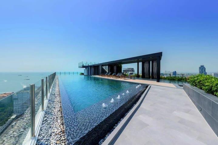 1.芭提雅市中心贝斯两卧室公寓The Base,无边泳池,海景,150米到中央商场,250米到海边