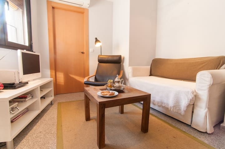 Living room, entrance door to the bed room. sofa bed /Salon, porte d'entrée de la chambre. Canapé-lit / Puerta de entrada a la habitación, sofá cama.