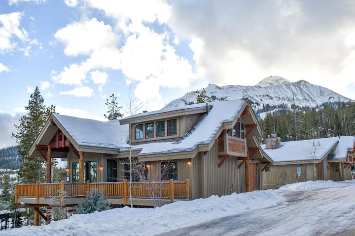 Mountainview lodge w/ private hot tub, spacious deck, fireplace, and more