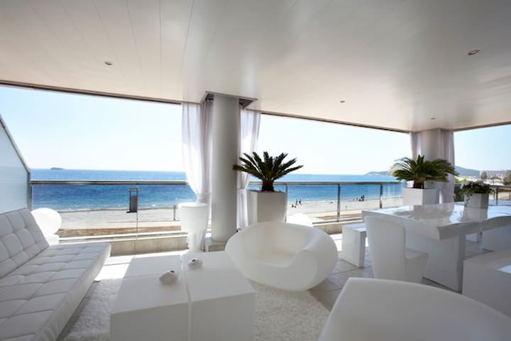 BEACHFRONT IBIZA'S LUXURY APARTMENT