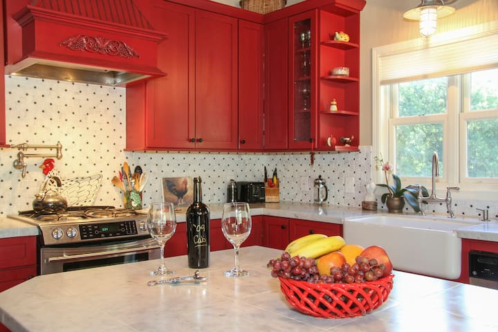 The Big Red Barn is a Spring Standout! - Kenwood - Appartement