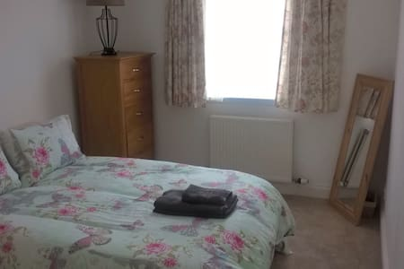 Bright garden flat in quiet, central location. - Perth