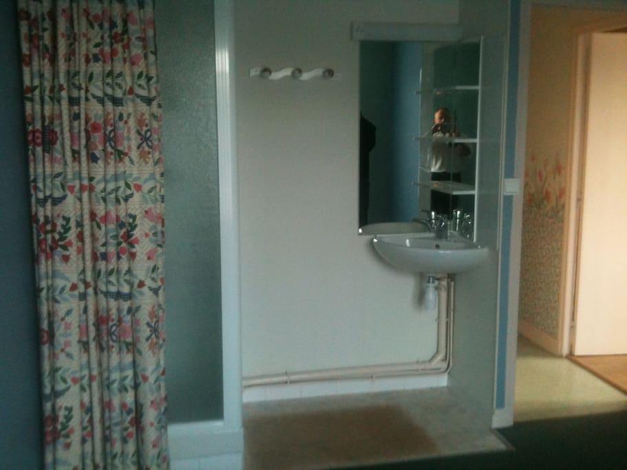 Salle de bain et évier indépendant.