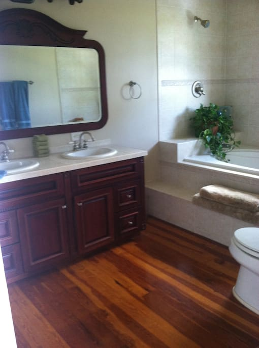Bahamian -Private Bath - Double Sinks - 85 Gallon Jacuzzi Tub