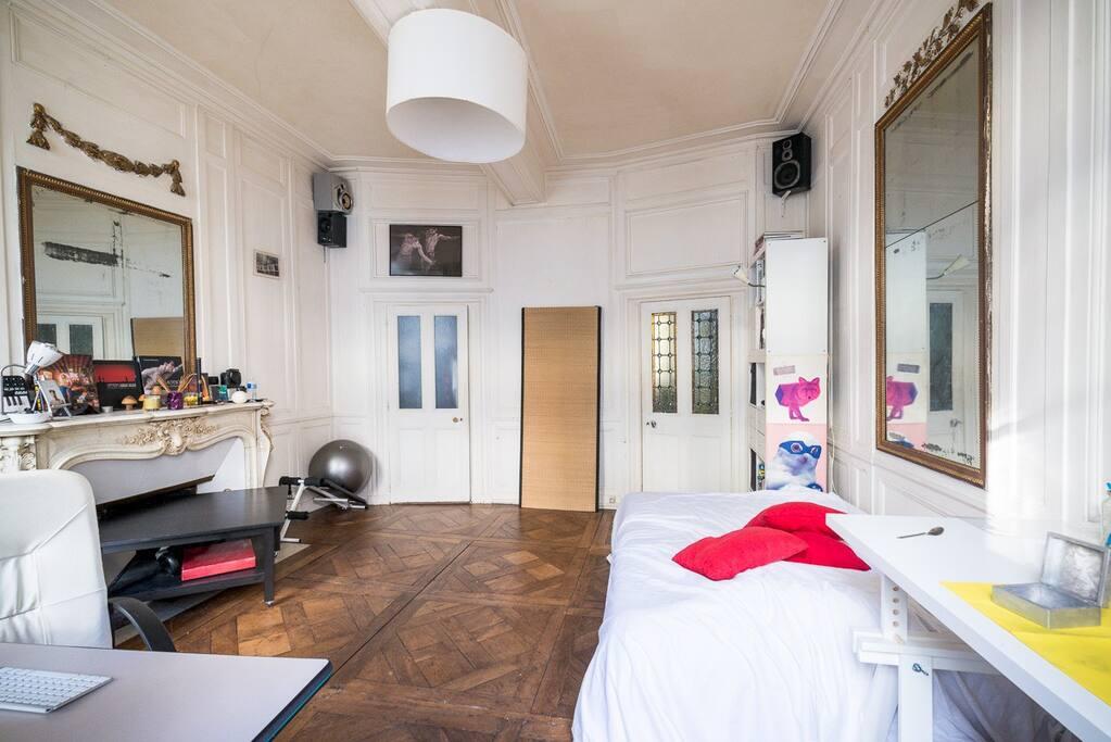 Mon côté bureau/chambre (drap blanc = lit ou canapé)