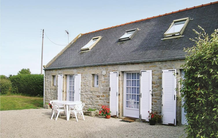 Holiday cottage with 3 bedrooms on 74m² in Cleder
