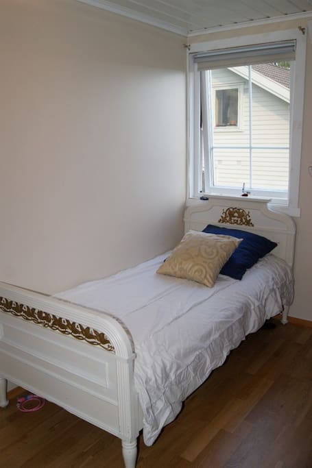 cosy guest room with twin beds
