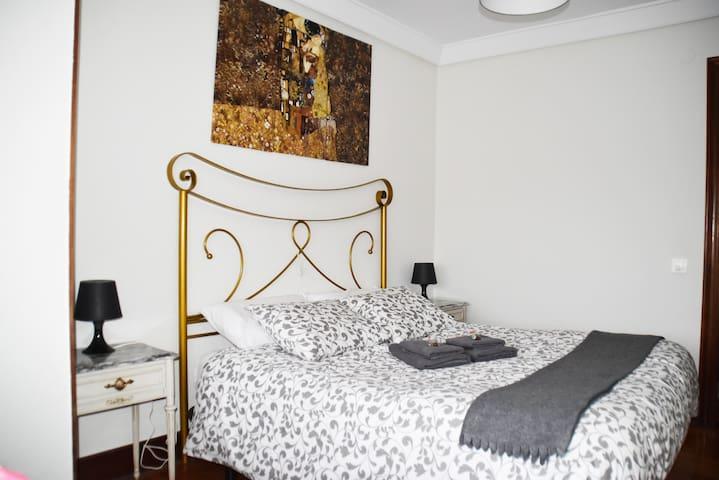 Habitación principal con cama de matrimonio.