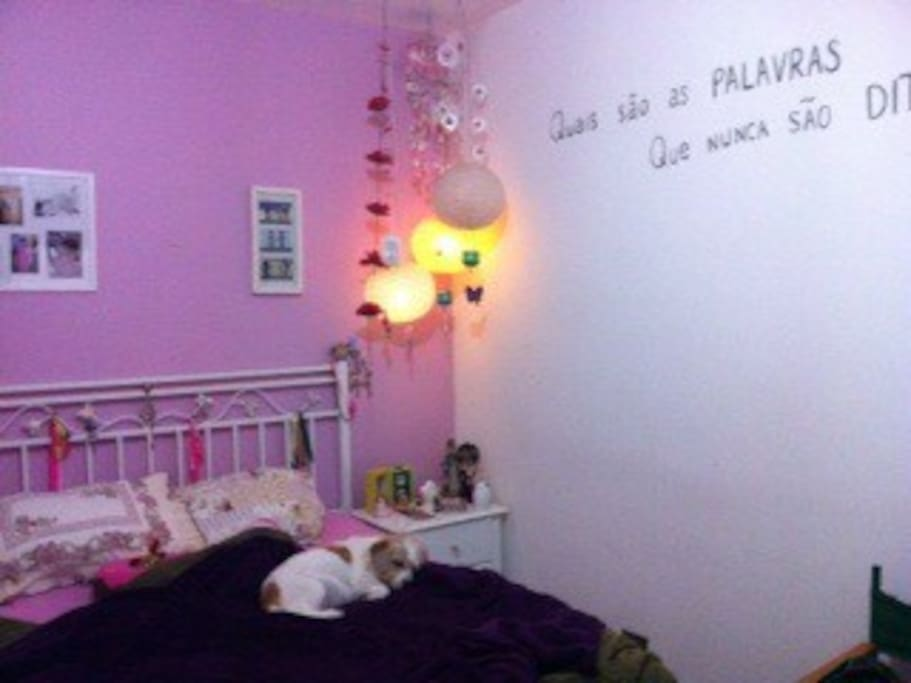 Esse é o cantinho pra descansar, ler um bom livro, assistir TV ou repor as energias. Essa deitada na cama é a minha Coraline (um amor) ela não está inclusa.