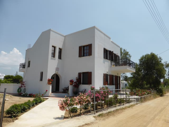 Iliana by the beach - Naxos - Ev