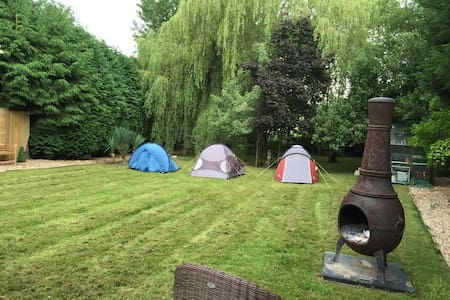 2 man tent close to Gatwick Airport 10 minutes - 薩里(Surrey)