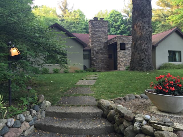 Upscale 3  bedroom with pool and gardens in Sawyer - Sawyer - House