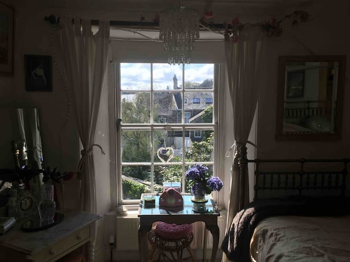 Centrally located Regency Townhouse. Single room
