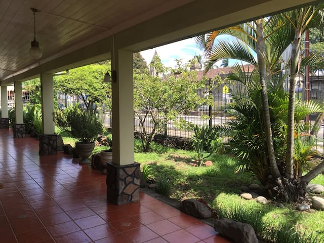 Comfortable room in centennial cozy house- ROOM 1 - Heredia Province - Hus