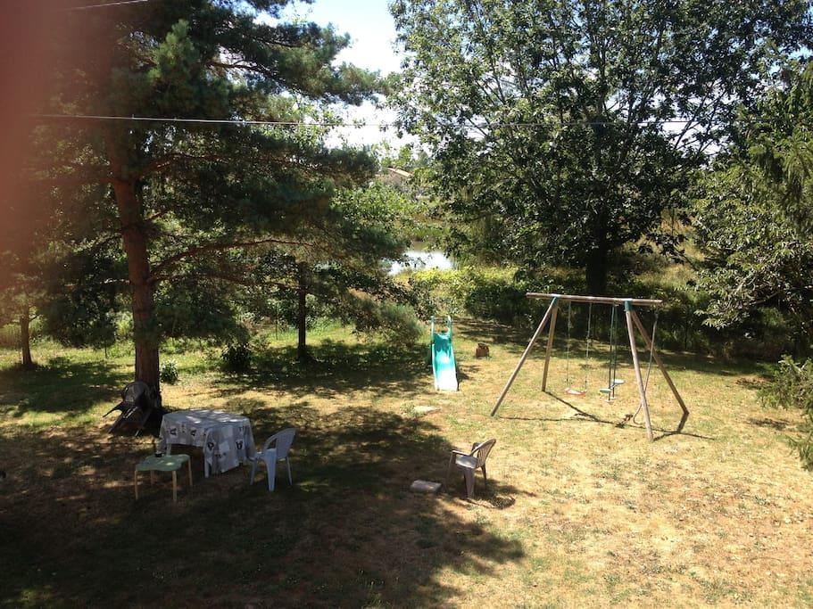 Jeux enfants dans Le jardins (Le grand trampoline est caché sur la droite)