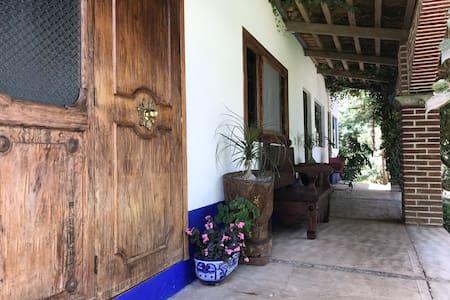 Habitación privada rodeada de naturaleza.